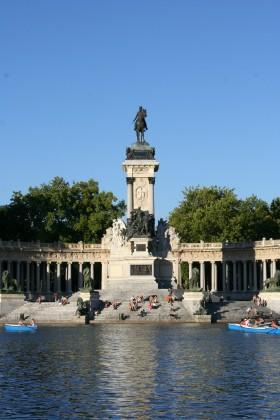 Monumento_a_Alfonso_XII_vertical,_El_Retiro,_Madrid